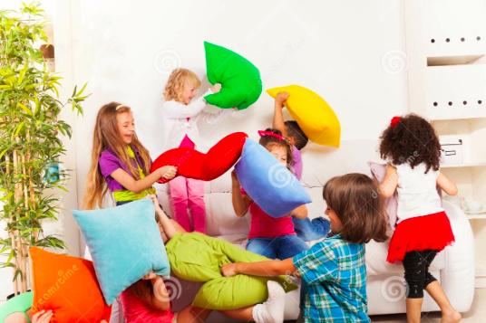 brincar com travesseiros