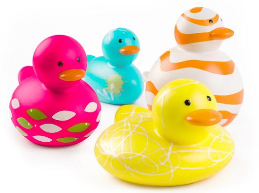 Como limpar os brinquedos de bebê do banho