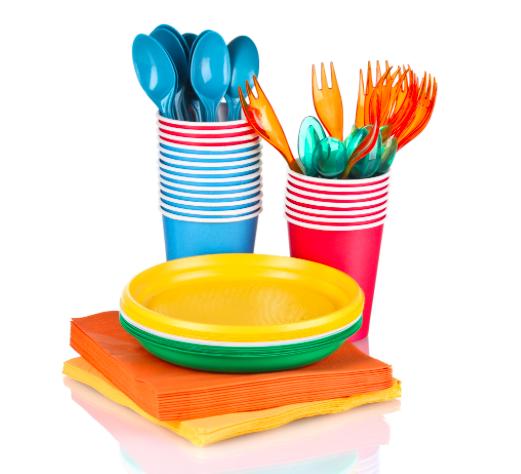 Canudos, copos, pratos e talheres descartáveis