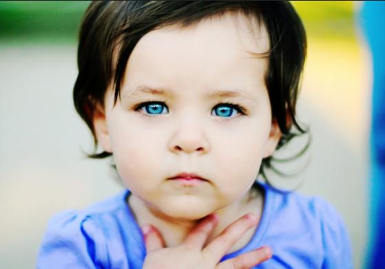 olhos azuis bebê