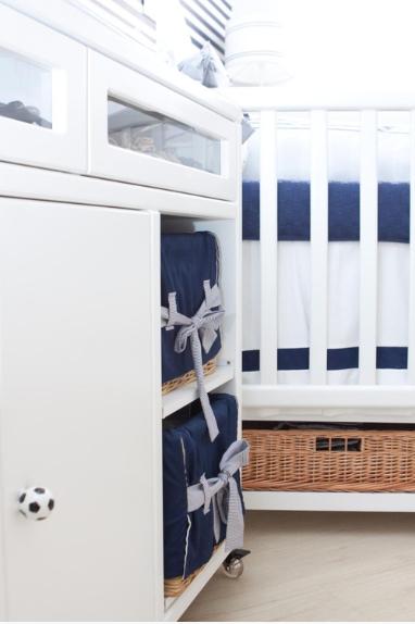 quarto de bebe marinho e branco